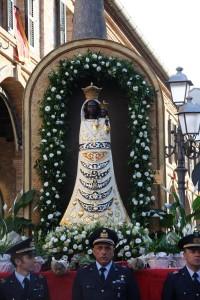 La Madonna di Loreto attende i pellegrini fuori dal Santuario,
