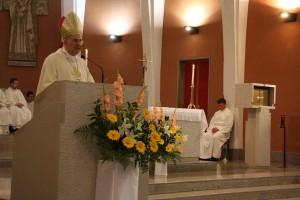 Mons. Crepaldi durante la predica. Sullo sfondo il seminarista Devid Giovannini