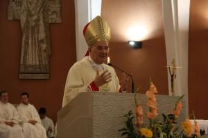 L'arcivescovo di Trieste durante la predica
